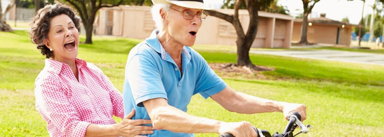 Senior stel op de fiets